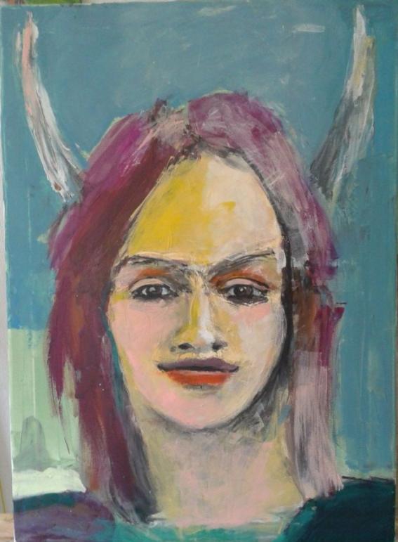 Junge Frau in gedeckten Farben